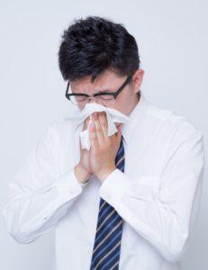 アレルギー症状に苦しむ人